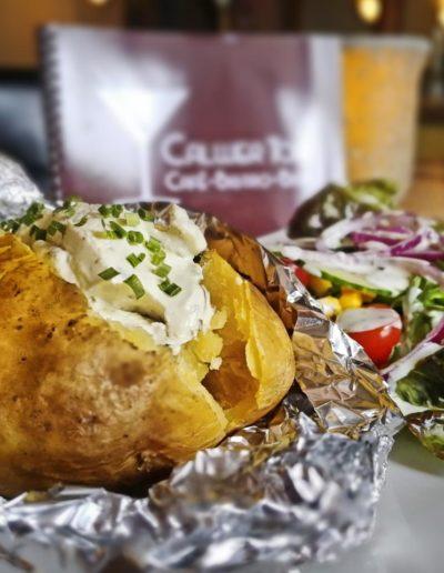 Folienkartoffel mit Kräuterquark und gemischtem Salat